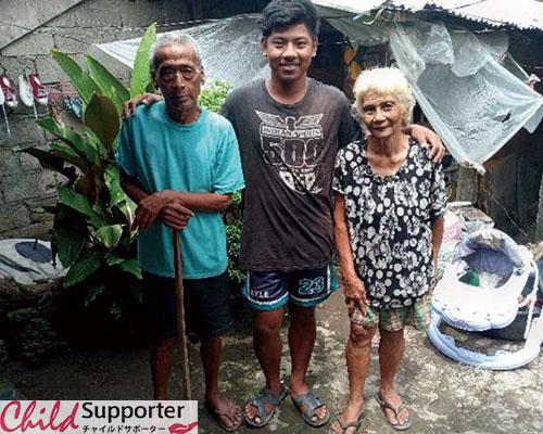 カイル君と祖父母.jpg