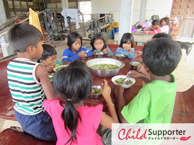 23- The children are eating mix porrigde (thee foods) in Teu.k lich villageのコピー.jpg