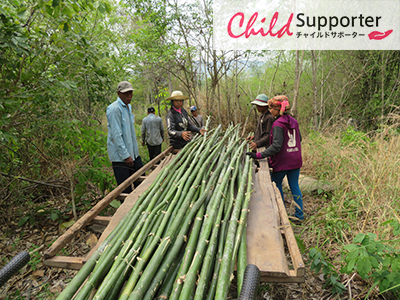 9- The community people finding the bamboo for build their community nursey in Chann Hear.のコピー.jpg