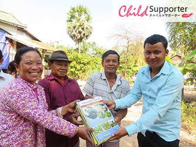 FH staff providing the agriculture books to village chief and HGV-A in Boeung Mealea village.のコピー.jpg