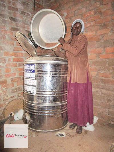 Fatumma pouring grains in her silo (1)のコピー.jpg