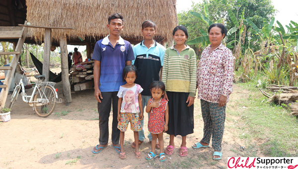The photo of Chab Da and her family のコピー.jpg