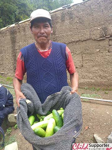 WEB _Mr Martin carring cucumbers for his familyのコピー.jpg