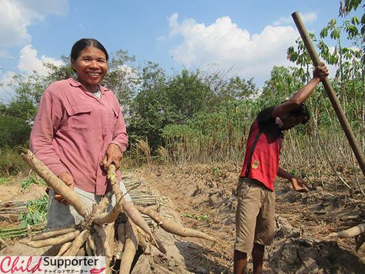 WEB_Preschool teacher harvest cassava.のコピー.jpg