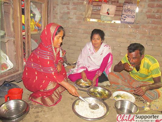 WEB_Urmi having Lunch with her parents.jpg